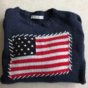 Säljer denna North Sails mörkblå stickade tröjan i ull med amerikansk flagga på. I bra skick. Storleken är S men den passar mer som en XS.