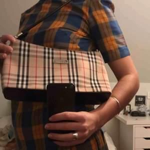 Vackra Burberry väskor, perfekt skick och perfekt med allt. Pris inte inkl frakt.