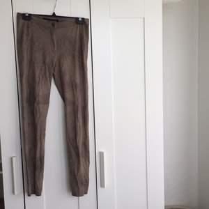 Snygga mocka byxor från Zara! Aldrig använda, dock lite skrynkliga efter att ha legat nerpackade.  Hämtas i Kungsbacka eller skickas mot fraktkostnad. Nås på Facebook: Kajsa Gustafsson