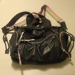 Sonia Rykiel-väska, många bra fack, både axelrem och handtag, svart nylon med randigt foder. Inköpt på Macys i New York. Perfekt skick. Kan skickas, porto tillkommer.