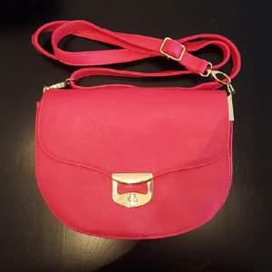 oanvänd söt liten rosa väska från Don Donna  kan mötas upp i Stockholm annars betalar köparen för frakten