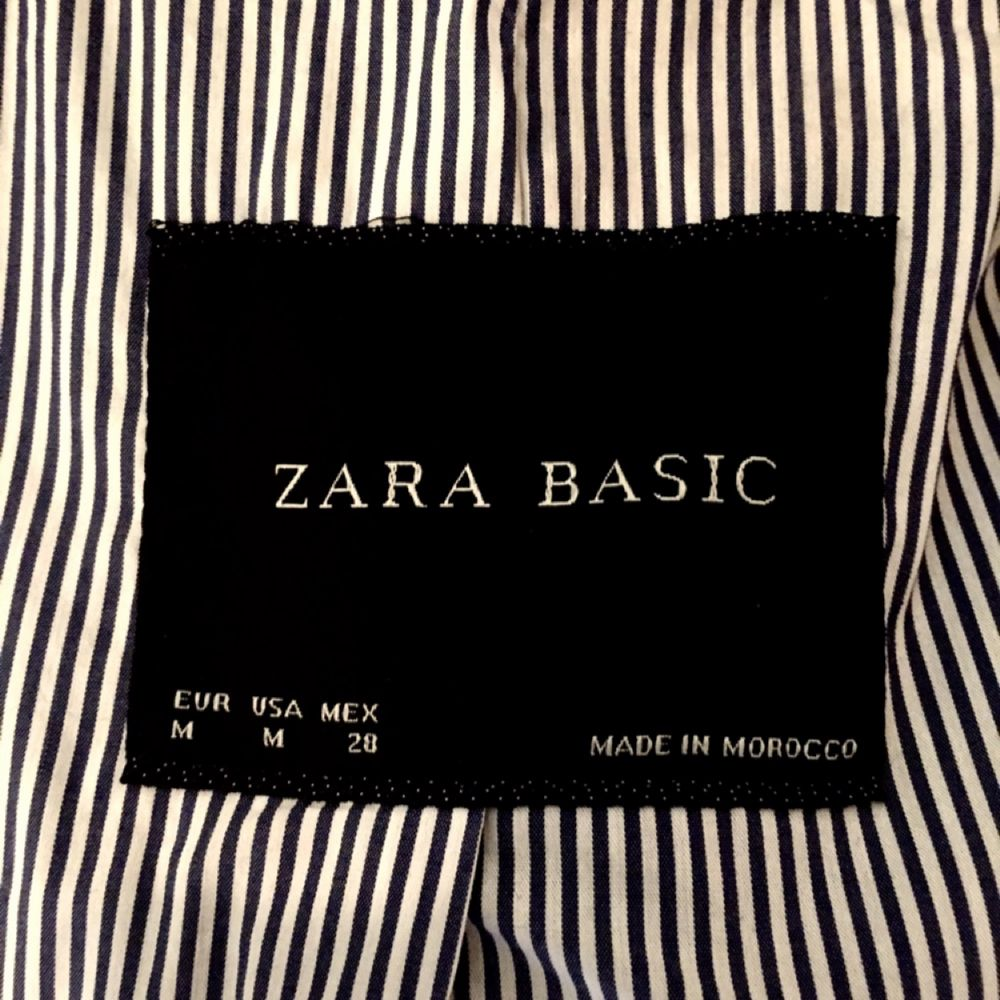 En svart skepparliknande ullkappa från Zara. Den har tappat en knapp i halslinningen, övrigt är i bra skick! . Jackor.