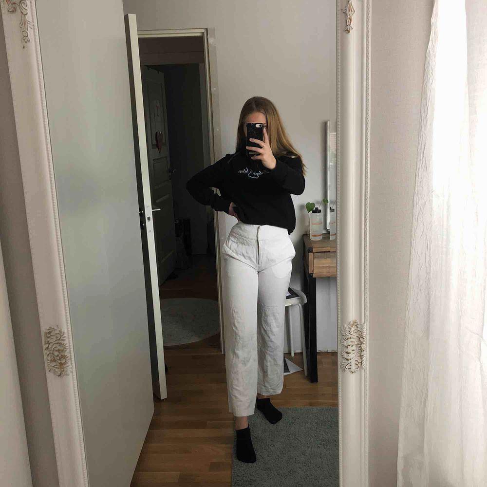 """Jättefina vita zara byxor i tunt """"luftigt"""" tyg, utsvängda nedåt och är typ som tre kvarts byxor i längden. nästan aldrig använda. . Jeans & Byxor."""