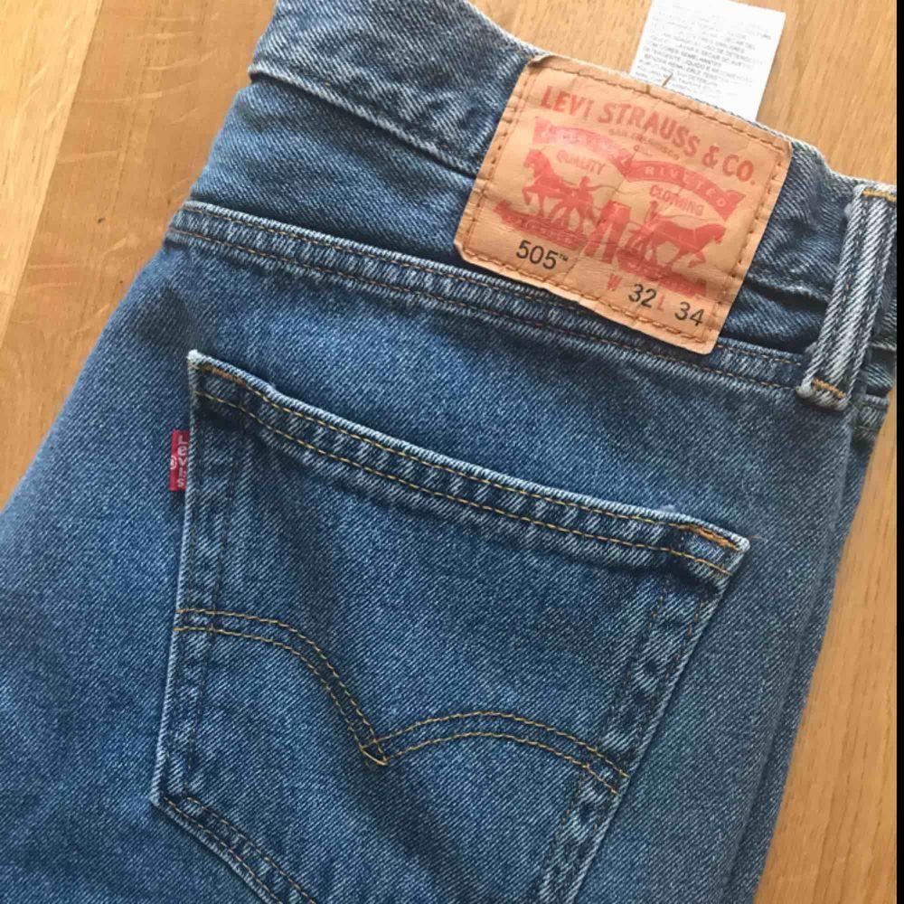 Blåa Levis i modellen 505. Inköpta på Beyond retro i Sthlm. Aldrig använda av mig men är i beg skick.  Stl W32 L34 (snygga att klippa av till shorts). Jeans & Byxor.