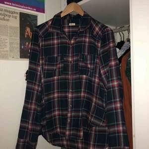 Superfin rödblå-rutig flanellskjorta från Hollister. Använd men i bra skick. Säljs då den används alldeles för sällan av mig.