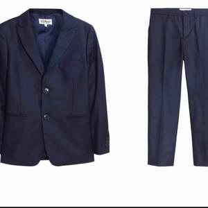 blazer + kostymbyxorna + Vitt skjorta  Säljes en blazer (Kavaj) tillsammans med matchande kostymbyxorna i marinblå färg + en Vitt Skjorta. var köpta på Kappahl och användes bara en gång  Kappahl pris: 897 kr Allt säljes för 450 kr