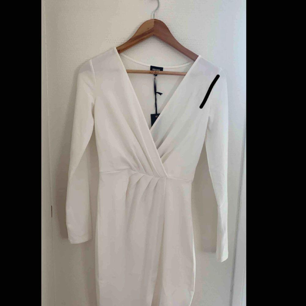 Helt ny klänning med prislapp kvar, perfekt t studenten eller sommaren, råkade rita nått sträck på bilden hAha. Klänningar.