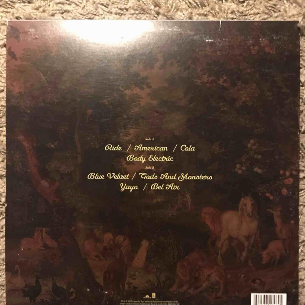 Lana Del Rey - Paradise Edition OBS!!! Innehåller endast de låtar på baksidan, ej hela Born To Die albumet. Möts upp i Stockholm. Övrigt.