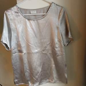 Silvrig t-shirt/blus.