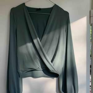 Snygg blus/topp från GinaTricot i storlek XS! Säljes på grund av att den ej används. Möts upp i Stockholm eller fraktar! 💚