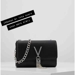 Jag säljer nu min Mario Valentino väska eftersom jag inte använder den tillräcklig. Inköpt för 799kr på Accent. Kan mötas upp i Uppsala men kan även skicka väskan men isåfall står köpare för frakt. Den är mörkblå/marinblå.