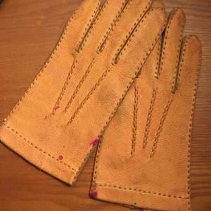 Bruna skinnhandskarna, har några fläckar från vad jag tror är nagellack! Frakt på 11kr.