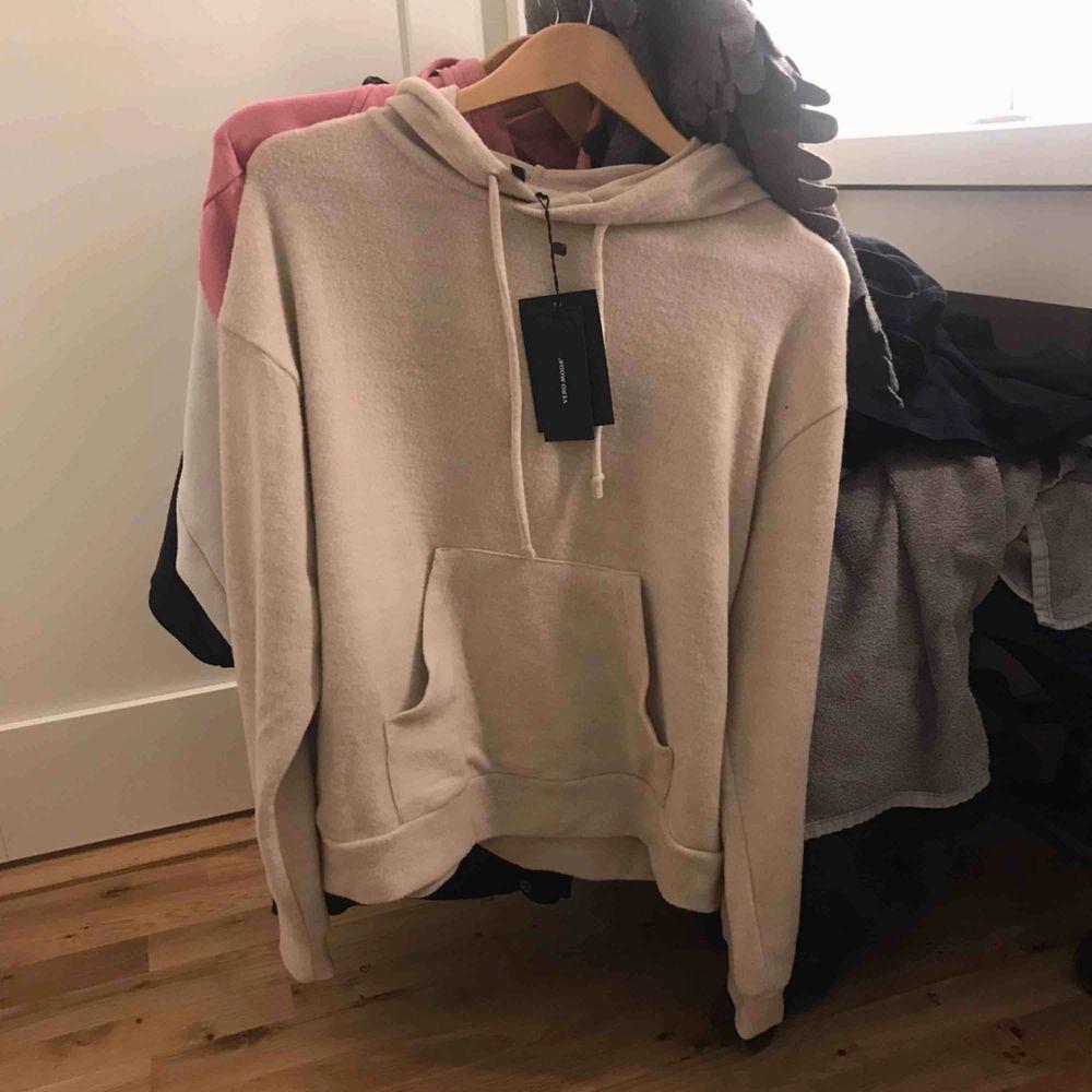 Aldrig använd. En mjuk, tunn hoodie.. Huvtröjor & Träningströjor.
