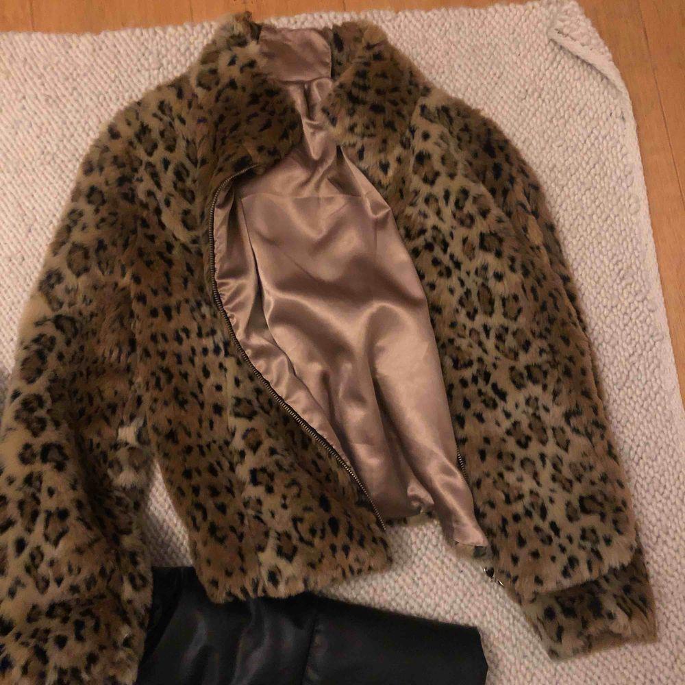 Två nya jackor ena i skinn andra leopard päls. Jackor.