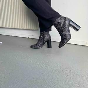 Klackar i läder (ej riktigt ormskinn)  7-8 cm klack  Använda men inte slitna