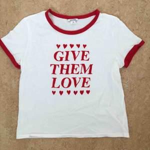 T-shirt från Monki med tryck. Trycket är i 100% polyamid och resten av plagget är i 100% bomull. Mindre i storleken: S/M.  Använd en gång.  Kan mötas upp alt. skicka.