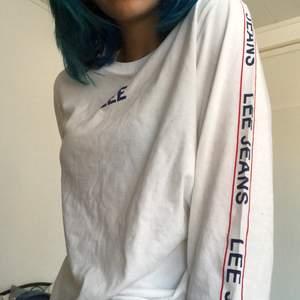 """En söt tröja av märket Lee med """"Lee jeans"""" tryckt nerför armarna och """"Lee"""" på framsidan. Aldrig använd, så i helt nytt skick! :) Köpare står för frakt."""