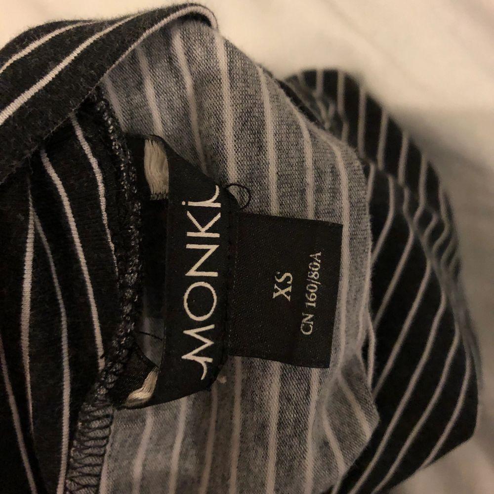 coolt randigt turtleneck linne från Monki :) köpt för 120kr, croppad det precis över naveln. Köparen står för frakt 🚚 ❤️. Toppar.