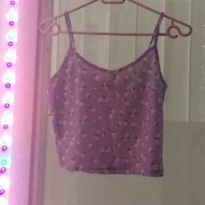 Croppat linne från shein i storlek S. Lavendel färg med vita blommor. Aldrig använt