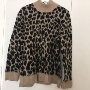 Leopardmönstrad varm tröja. Använd fåtal gånger.