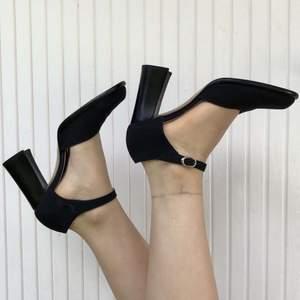 Fina svarta sandaler i storlek 38 1/2. Snygga och bekväma. Frakt tillkommer.✨🛍