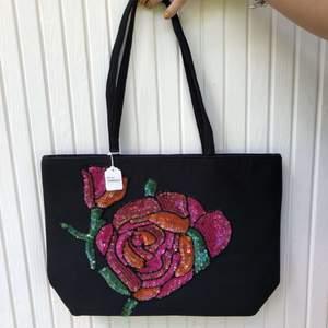 Fin vintage väska med mönster. Väldigt fin stick. Som ny. Frakt tillkommer✨🛍