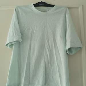 Turkos t-shirt från BikBok. Lite genomskinlig. Använd fåtal gånger. Storlek S. 50 kr, köparen står för frakten på 63 kr. 🌸