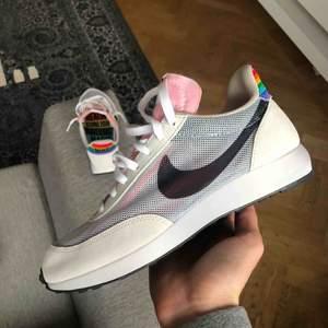 Nike tailwind 79, pride edition, strl 40 (stor i storleken). Köptes inför Pride förra året, knappt använda. 9/10 i skick. Nypris 1100kr, säljer för 700kr. Spårbar frakt 63kr eller 95kr, beroende på vad paketet väger 😊❤️🧡💛💚💙💜