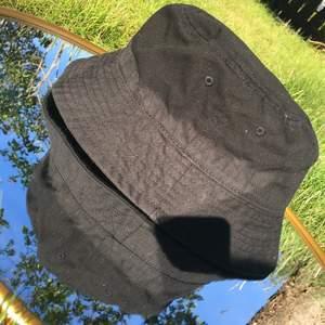 Två ass snygga trendiga fiskehatar säljer  pågrund av att jag int använder dom. Den svarta är använd 1/2 gånger. Du får båda hattarna för 120kr och en hatt för 70kr. För snabb affär så kan priset diskuteras.🥰