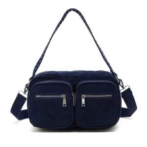 Marinblå noella väska i superfint skick. Den är medium storleken. Möts helst upp i Stockholm.