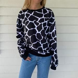Långärmad och lite oversized tröja ifrån NA-KD med djurmönster på. I princip helt oanvänd då den inte riktigt är min stil.