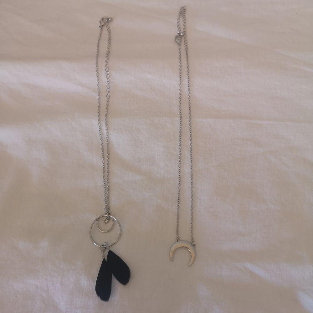 Säljer 2 till halsband då jag vet att jag inte kommer använda de. Den med fjärdrarna har jag gjort själv (ändast 1 exemplar) den med månen kostar 15 kr +frakt och den med fjärden 20 kr + frakt! 💞😊. Accessoarer.