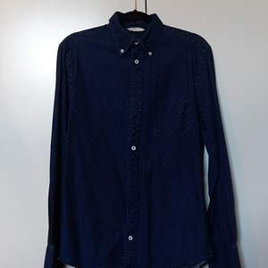En prickig Jeanskjorta av märket NN 07. Köpt på second hand och använd ett antal gånger