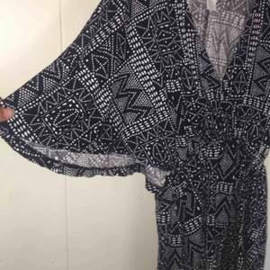 Jättefin klänning som jag säljer pga att den inte passar mig längre. Sitter snyggt på och har en bra längd men är lite kort på mig som är ca 170. I skick som ny. Färgen är blå/svart. Köparen står för frakten.