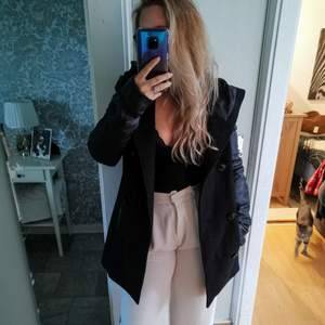 Säljer denna snygga jacka då den tyvärr inte kommer till användning mer och jag rensar garderoben. 🍑