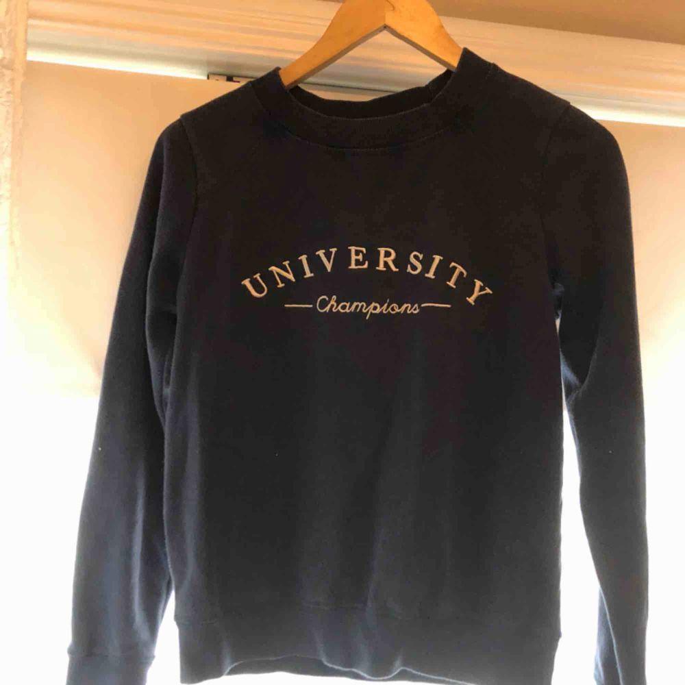 Jättesnygg mörkblå sweatshirt med vitt tryck fram, använd ett par gånger men i bra skick. Huvtröjor & Träningströjor.