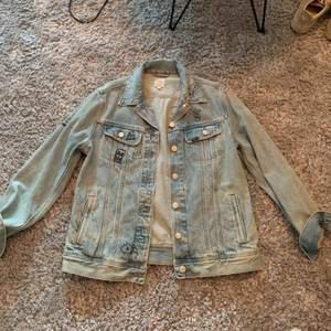 Skit cool jeans jacka från Lee. Snygg om du vill ha den over sized och är ca S annars.