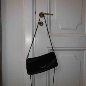 Säljer min klassiska zadig väska. Själva väskan är i bra skick, inga slitage. Banden däremot är trasiga, därav priset. Väskan funkar ändå utmärkt att använda och har själv använt den så i 2 år. Köpt i Z&V butiken i London, dustbag följer med😊