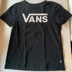 Budgivning i kommentarerna, från 80kr, frakt ingår ej. Jag säljer en svart t-shirt i st S från Vans. Fint skick, super skön. Swipe för fler bilder.