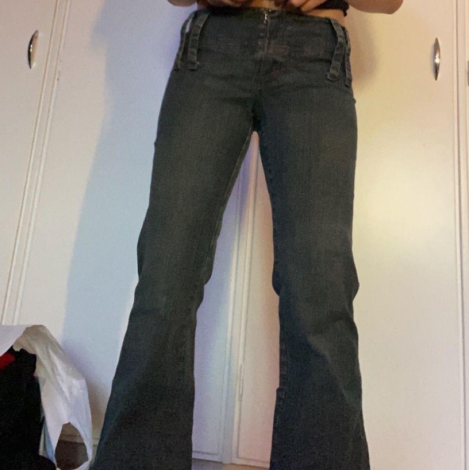 Säljer dessa gråa bootcutjeans som passar någon runt 160🤍🤍 i braaskick!! De är low waisted🥰. Jeans & Byxor.