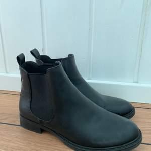 Svarta boots i storlek 38. Frakt tillkommer!