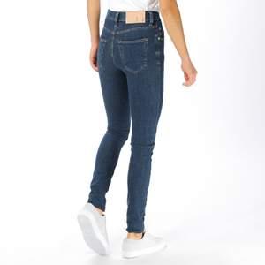 Jeans från Tiger Of Sweden i modellen Kelly (medeltajta mörkblå jeans). Stl. 29/30, passar mig som är 165cm. Toppenskick! Nypris: 1200kr.🤍