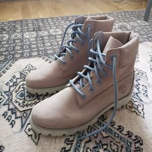 Fantastisk fina Timberland Boots i storlek 39. Helt nya aldrig använda endast provade hemma. Självklart äkta, köpt på Dubai flygplats hösten 2018 men lite för smala för mig tyvärr.   Storlek 39, men lite små i storlek och sitter som 38.5. Snygg beige färg som inte finns att köpa längre!   Nypris 1,999 kr !   Original box har jag tyvärr slängt.