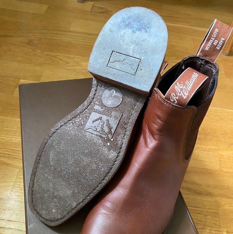 Ett par väldigt sparsamt använda skor av märke R.M Williams. Mycket fint skick. Storlek 39. Kan mötas upp i Göteborg, eller så står köparen för frakt! Rimliga priser går att diskutera!. Skor.