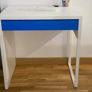 Säljer ett skriv/sminkbord funkar för både och. Har haft den i snart ett år nu men är nästan aldrig där och använder utan den sitter ba kvar där. Köptes från Ikea, om du är intresserad är det bara att höra dig.:)