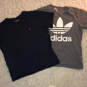 Säljer en mörkblå Ralph Lauren T-shirt i storlek 150 och en mörk grå/grön Adidas t-shirt i storlek 158! Skulle säga att båda sitter som XS. Inte använda så många gånger, så fortfarande bra skick✨  Adidas t-shirten:100kr Ralphlauren T-shirten: 130kr +frakt, priset kan diskuteras 🥰