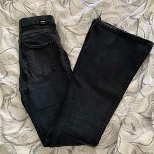 Svarta bootcuts från SALT i storlek M 💞 Jag är ungefär 167 och jeansen passar perfekt!!