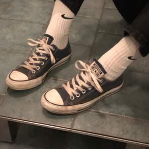 super fina mörkblå converse vintage,  alla skor jag säljer tvättas innan dom köps! fraktpris: ca 63kr?