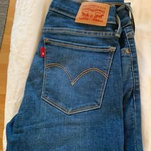Levis jeans som endast är använda ett par gånger. Vanlig smal modell med en lägre midja I storlek 26 I midjan. Priset är på 200kr exklusive frakt