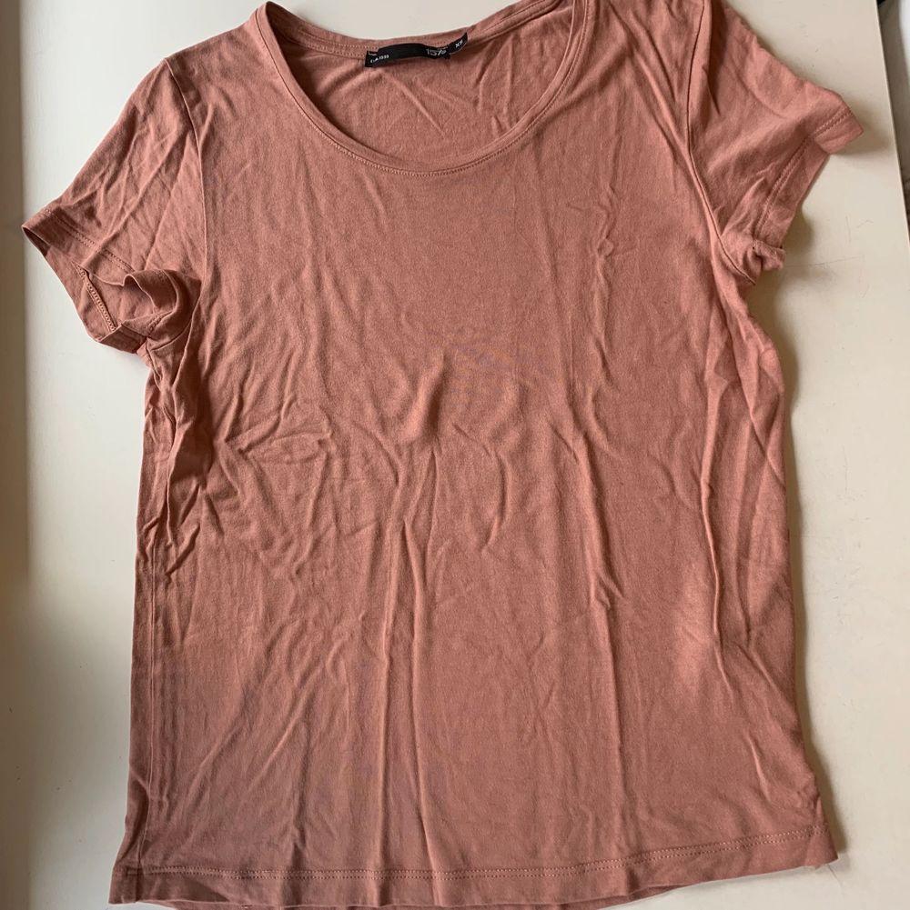 Budgivning i kommentarerna, från 50kr, frakt ingår ej. Jag säljer en rosa t-shirt i st XS från lager 157. Fint skick, super skön.. T-shirts.